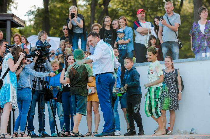 """В Запорожье на День молодежи провели фестиваль красок """"Холли"""", фото-1"""
