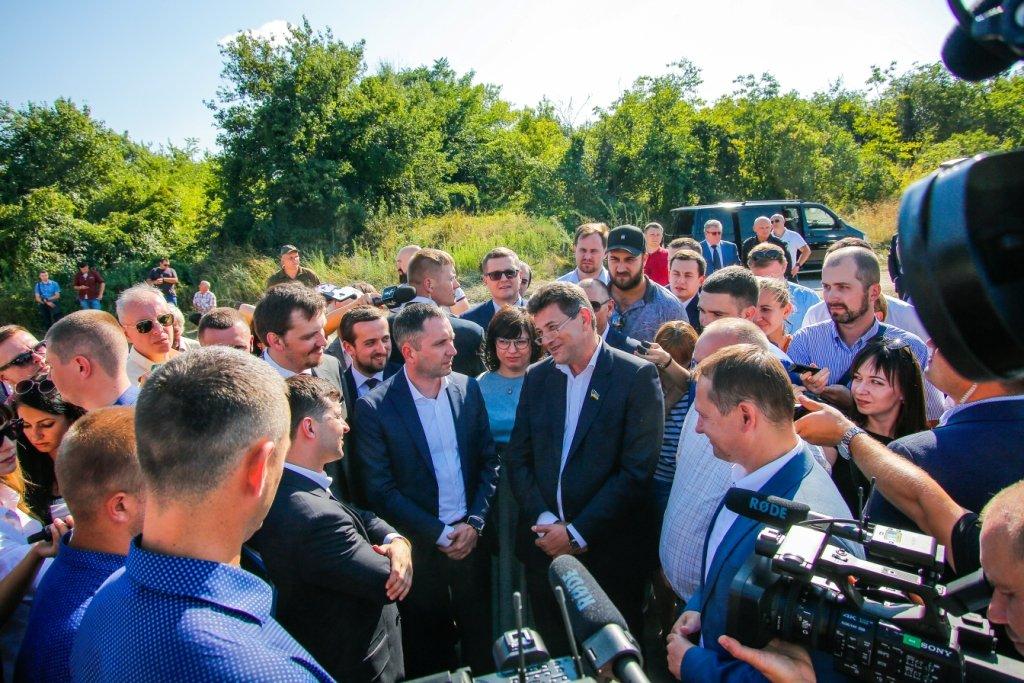 Президент Зеленский и мэр города Владимир Буряк приняли решение о завершении строительства мостов в Запорожье, фото-1
