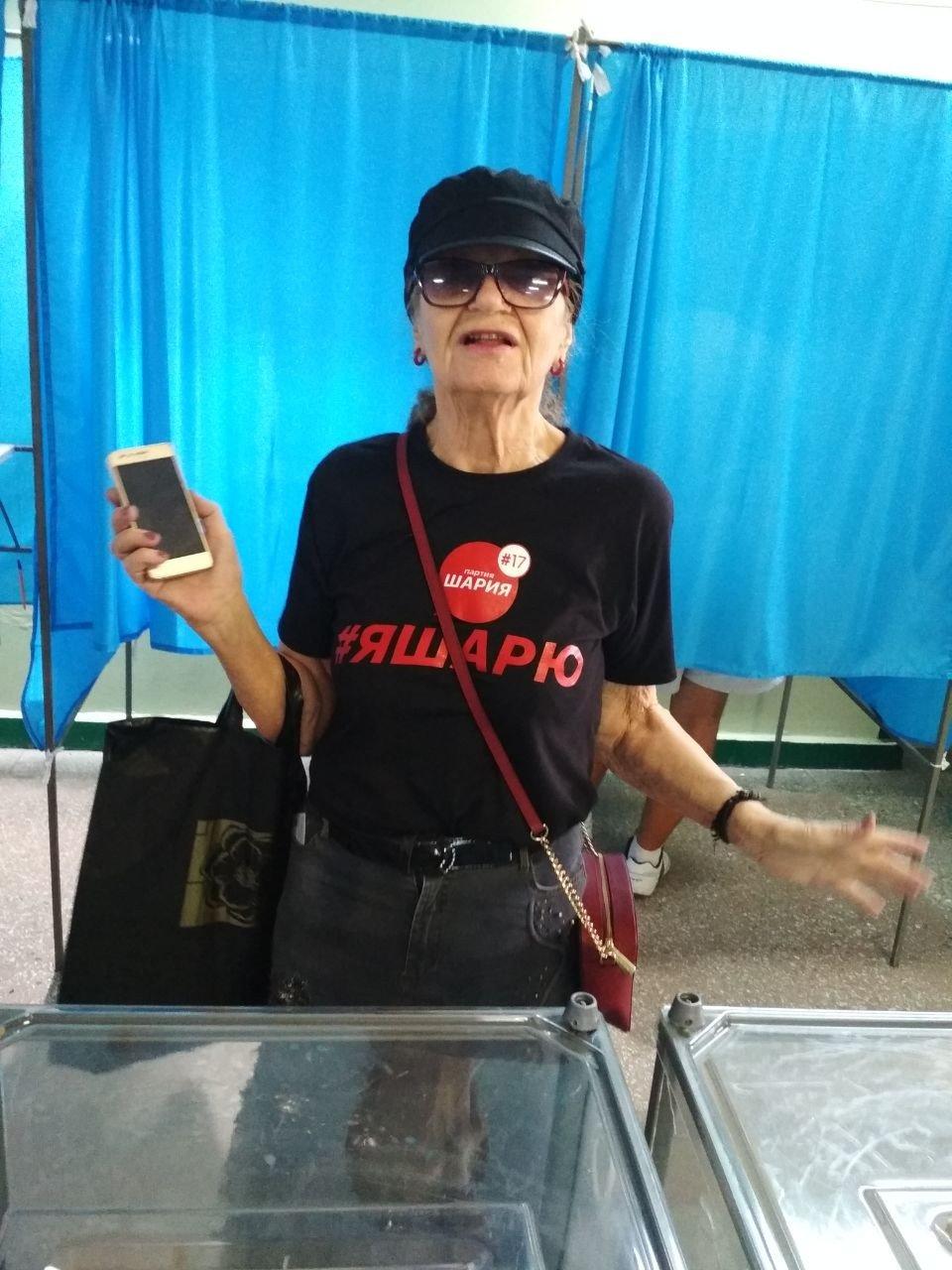 В Запорожье избирательница пришла на участок в агитационной футболке, – ФОТО, фото-1