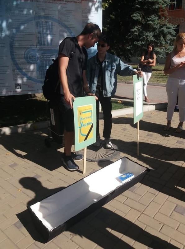"""""""Это абсурд. Мы не требуем пар на русском языке"""": почему студенты принесли в ЗНУ гроб и что об этом думает администрация, фото-1"""