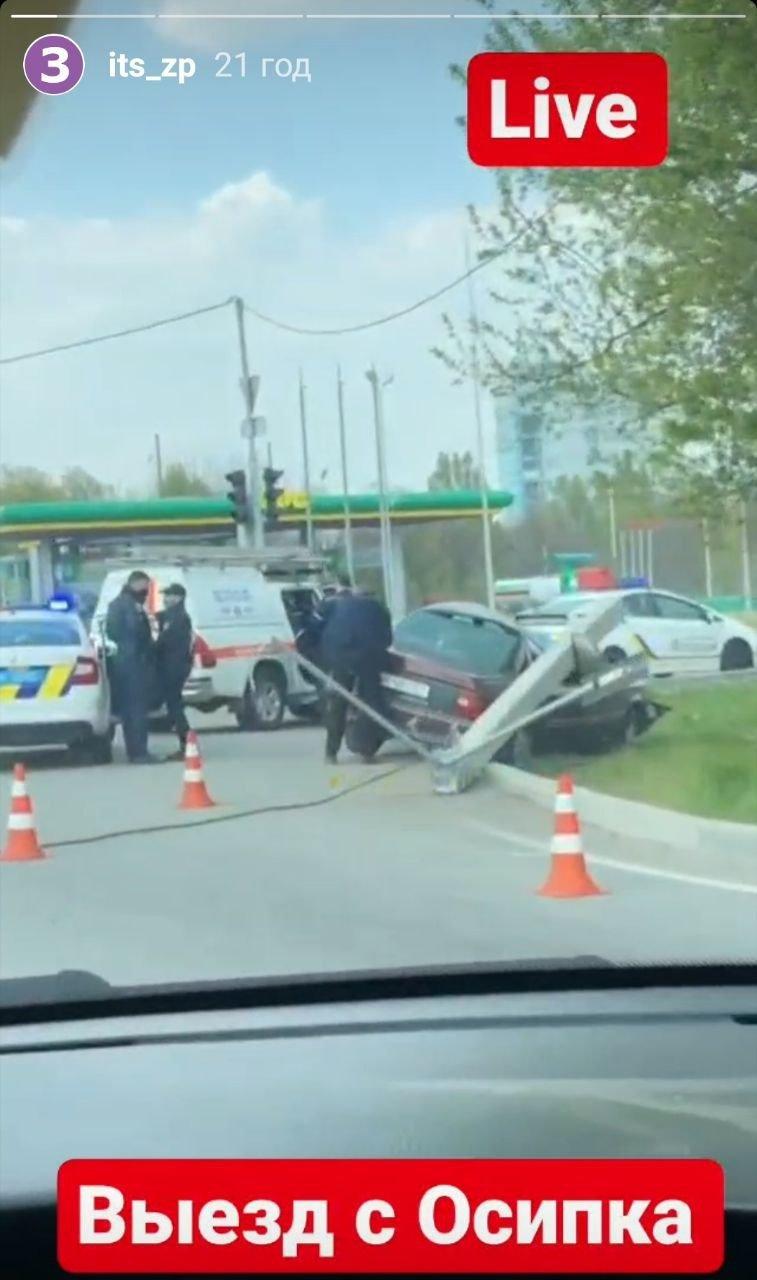 """В Запорожье """"Opel"""" вылетел с дороги и повалил столб, - ФОТО, фото-1"""