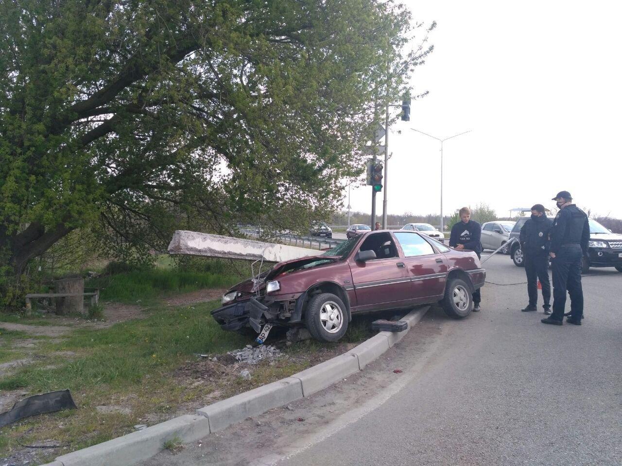 """В Запорожье """"Opel"""" вылетел с дороги и повалил столб, - ФОТО, фото-4"""