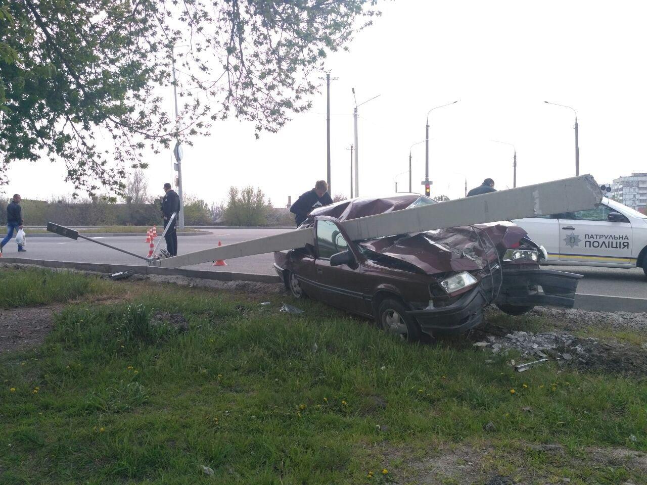 """В Запорожье """"Opel"""" вылетел с дороги и повалил столб, - ФОТО, фото-3"""