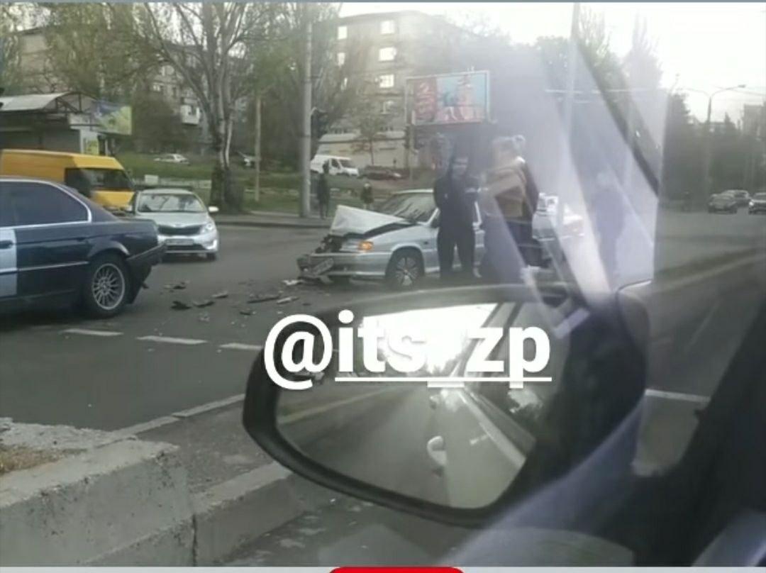 В центре Запорожья ВАЗ врезался в машину, которая притормозила перед пешеходным переходом, - ФОТО, фото-2