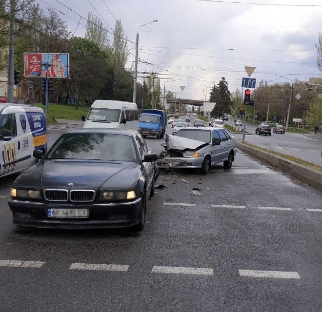 В центре Запорожья ВАЗ врезался в машину, которая притормозила перед пешеходным переходом, - ФОТО, фото-1