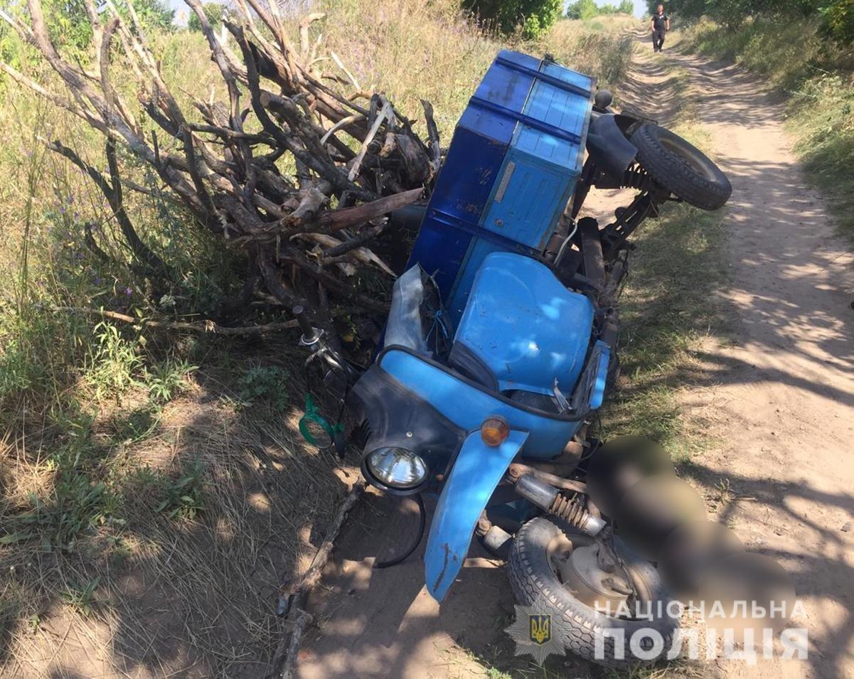 В Запорожской области мужчина ехал на груженом мотороллере и перевернулся: он погиб, - ФОТО, фото-2