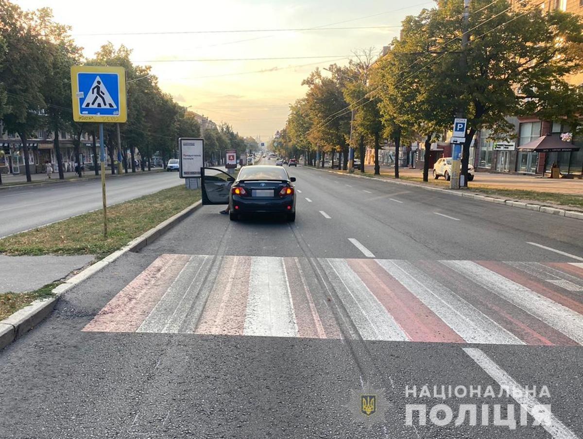 В Запорожье на проспекте машина сбила женщину на пешеходном переходе: она в больнице, - ФОТО, ВИДЕО, фото-1