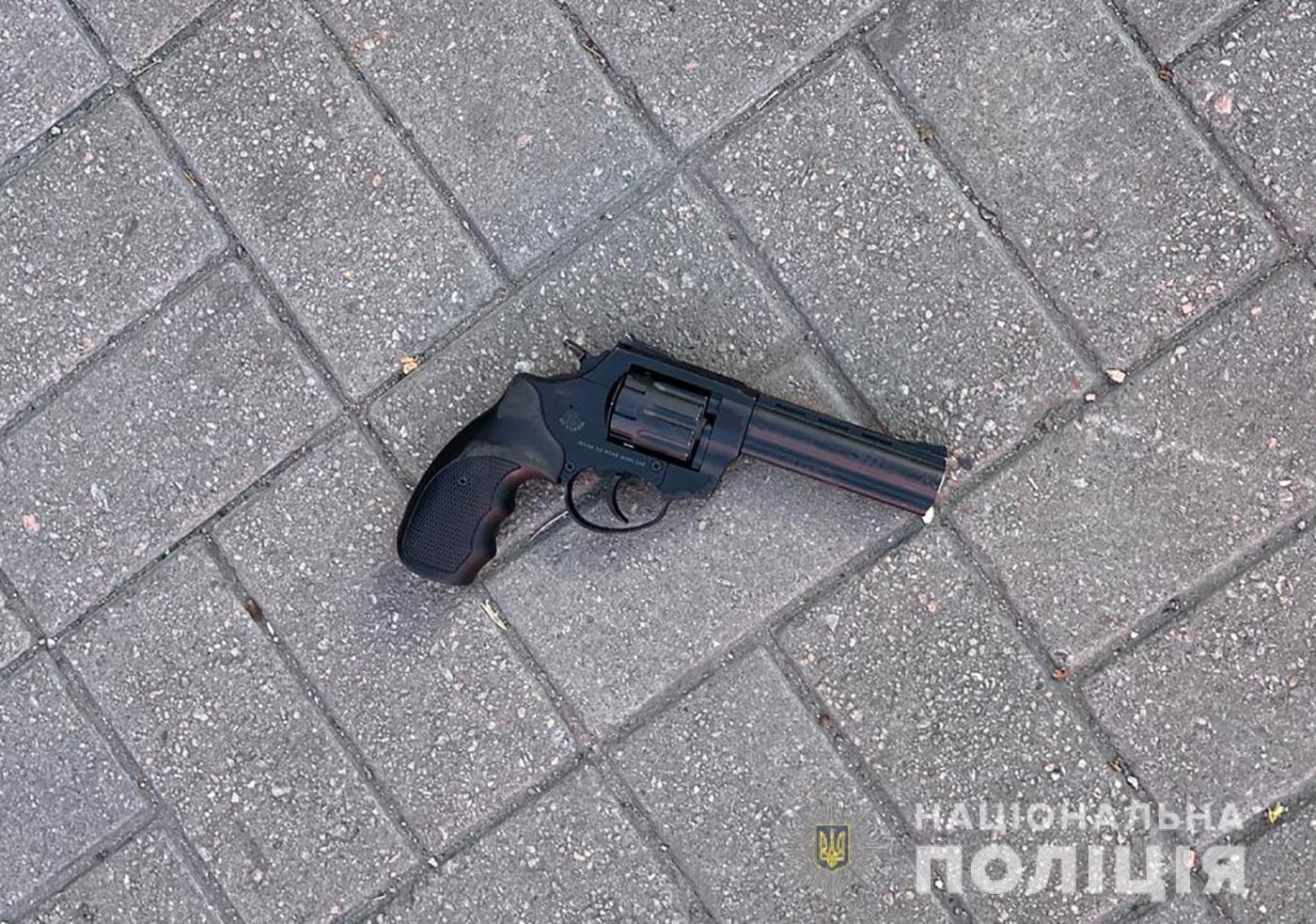 В Запорожском автобусе пассажир отказался надеть маску и угрожал полицейскому револьвером, - ФОТО, фото-1