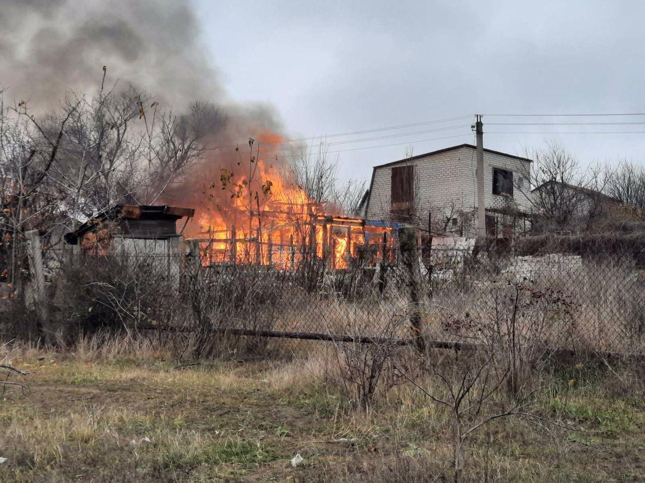 В дачном кооперативе под Запорожьем сгорел брошенный дом, - ФОТО, фото-1