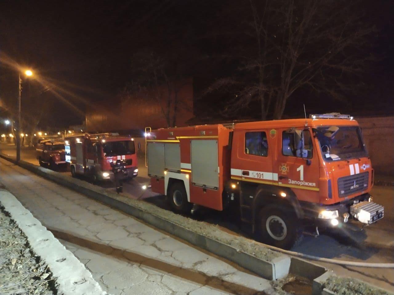 В Запорожье ночью случился пожар в трехэтажном здании, - ФОТО, фото-1