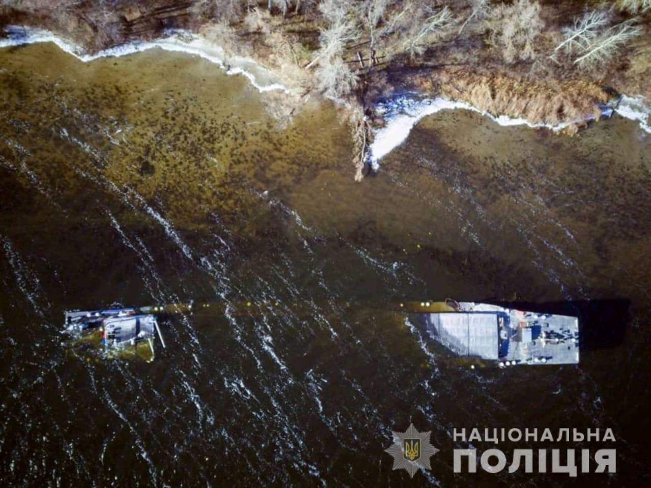 Полиция: капитан посадил баржу на мель под Запорожьем, потому что случилась авария, - ФОТО, фото-1