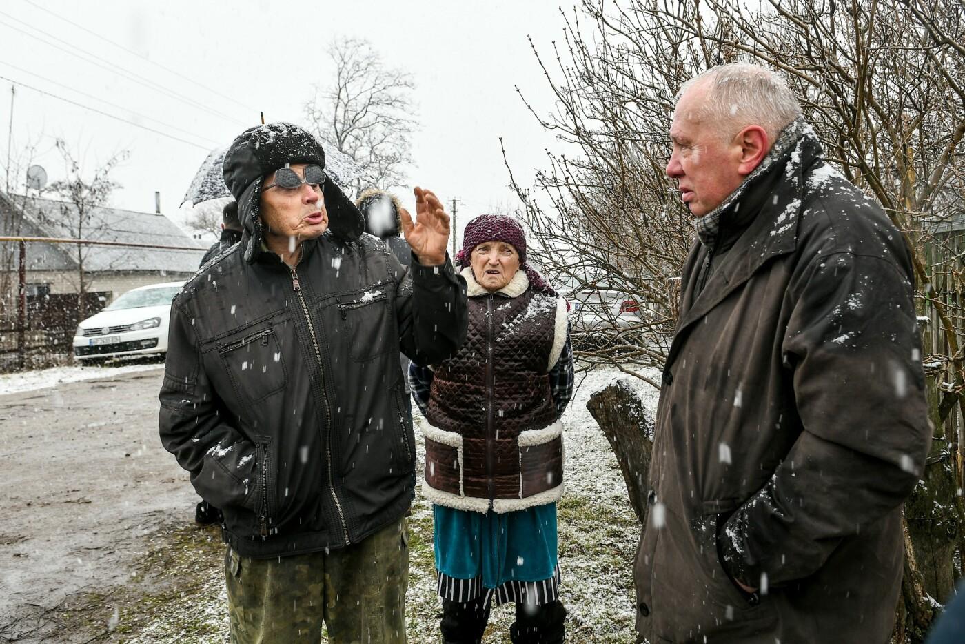 В Запорожской области эксперты по радиологии начали отбирать пробы в селе, где планируют построить каолиновый карьер, фото-3
