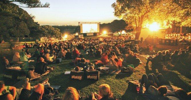 moonlight sydney21 1 670x351 60b9d7b51ee9f - Пикник на Радуге, просмотр фильма под открытым небом и лабиринты на каяках: 10 идей, как провести выходные в Запорожье