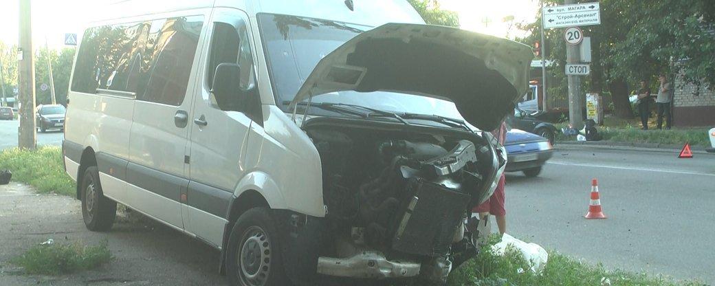 В Запорожье в результате ДТП с участием маршрутки пострадали 13 человек, - медики, фото-1