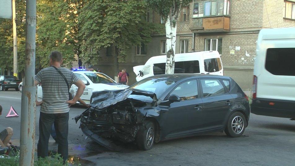 В Запорожье в результате ДТП с участием маршрутки пострадали 13 человек, - медики, фото-2