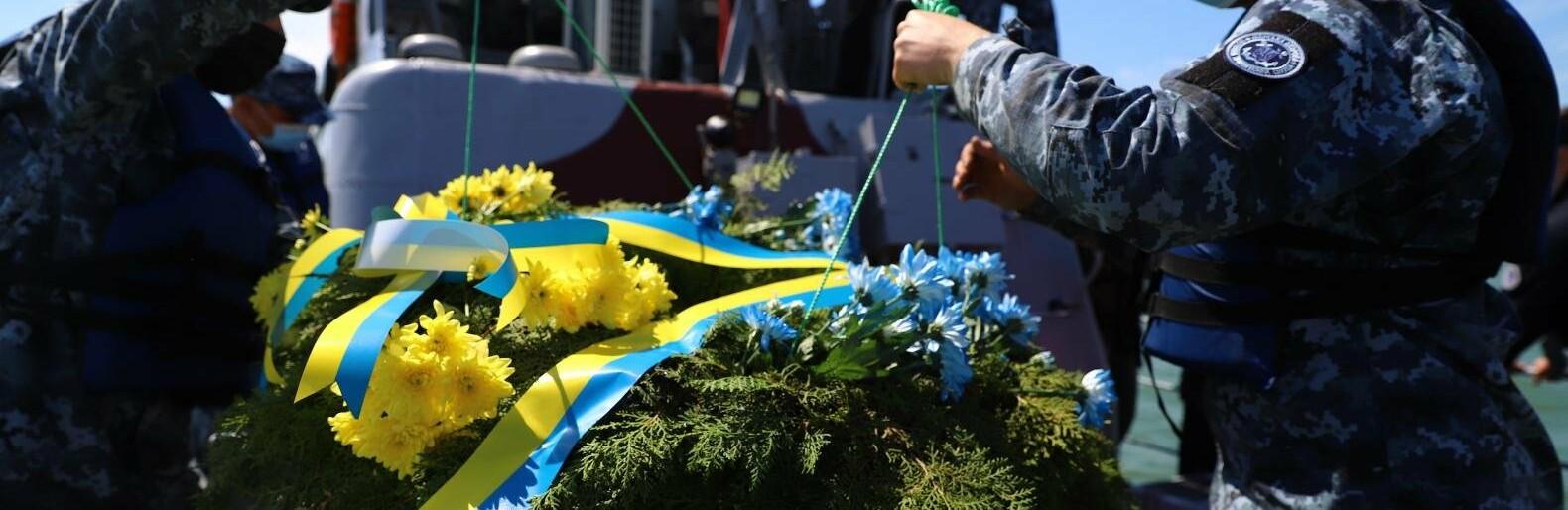 В Бердянском заливе на месте гибели морского десанта военные спустили на воду венок, - ФОТО